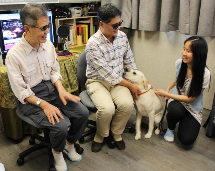 本會總幹事Eric師兄,會員李健,職員寶如及她的導盲犬,在香港失明人佛教會的錄室